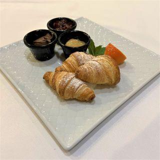 Francuskie rogaliki croissant ze słodkimi dodatkami