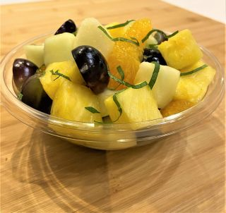 Sałatka owocowa z listkami mięty 300g